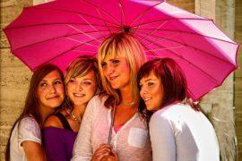 žene i ružičasti kišobran